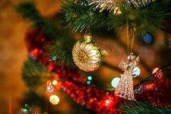 Ð-¡ hristmas klumpa ihop sig i form av solrosen på julgranen Arkivbild