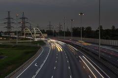 Рighway mit Autolichtspuren Stockfoto