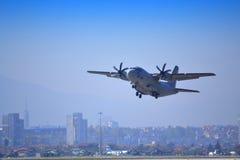 Ð ¡ - 27J斯巴达飞机飞行在索非亚市 库存图片