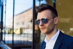 Ð-¡ loseup Porträt eines jungen zufälligen Mannes, der weg schaut Lizenzfreie Stockbilder
