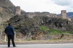 Ð-man som ser på fästningen Khertvisi arkivfoto