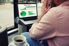 Ð•ntrepreneur che analizza prestazione sul suo computer portatile Immagini Stock