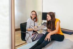 Доктор обсуждает пациента с тестами Доктор делает терпеливыми женщинами подбрюшный ультразвук стоковая фотография