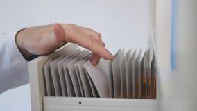 Доктор Searching и выбирать в документах ящика медицинских стоковые изображения