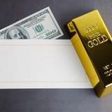 Долларовая банкнота миллиарда слитка бара золота и поздравительная открытка стоковые изображения rf