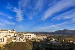 Дома вдоль ущелья El Tajo сверх на Ла Ciudad, южной стороне Ronda стоковые фотографии rf