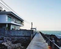 Дом на seashore стоковые изображения rf