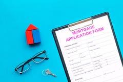 дом доллара принципиальной схемы 100 счетов сделала ипотеку вне Форма заявления на предоставление ипотечного кредита около ключа  стоковая фотография
