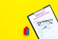 дом доллара принципиальной схемы 100 счетов сделала ипотеку вне Форма заявления на предоставление ипотечного кредита около ключа  стоковые фотографии rf