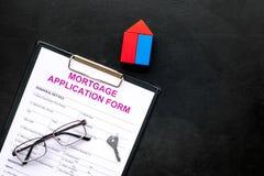 дом доллара принципиальной схемы 100 счетов сделала ипотеку вне Форма заявления на предоставление ипотечного кредита около ключа  стоковое изображение