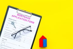 дом доллара принципиальной схемы 100 счетов сделала ипотеку вне Форма заявления на предоставление ипотечного кредита около ключа  стоковое фото rf