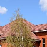Дом с крышей классических плиток стоковая фотография