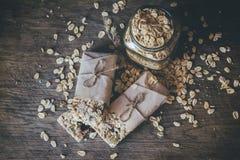 Домодельный Granola со смешиванием гайки в опарнике на деревянной доске на каменной предпосылке таблицы еда принципиальной схемы  стоковое фото rf
