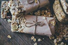 Домодельный Granola со смешиванием гайки в опарнике на деревянной доске на каменной предпосылке таблицы еда принципиальной схемы  стоковая фотография rf
