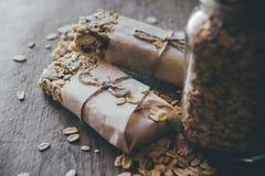 Домодельный Granola со смешиванием гайки в опарнике на деревянной доске на каменной предпосылке таблицы еда принципиальной схемы  стоковые фотографии rf