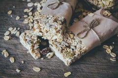 Домодельный Granola со смешиванием гайки в опарнике на деревянной доске на каменной предпосылке таблицы еда принципиальной схемы  стоковое фото