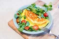 Домодельный омлет с салатом на плите еда принципиальной схемы здоровая стоковое фото