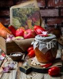Домодельное adjika острого соуса в стеклянном опарнике стоковая фотография rf