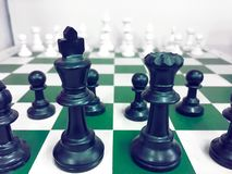 Доска с шахматной фигурой на задний обсуждать в деле как концепция дела предпосылки и концепция стратегии стоковые изображения
