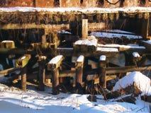 Достигшая возраста и выдержанная поддержка деревянного моста стоковое фото rf