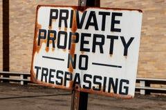Достигшая возраста и выдержанная частная собственность отсутствие Trespassing знака i стоковые изображения rf