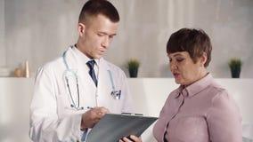 Достигшая возраста милая женщина слушая уверенный профессиональный помогая врач акции видеоматериалы