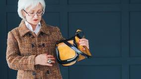Достигшая возраста элегантность женщины стилизатора моды дамы старшая стоковое изображение