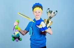 Достижение свое собственное вознаграждение Церемония вручения премии Счастливая чашка чемпиона владением спортсмена ребенка Спорт стоковые изображения