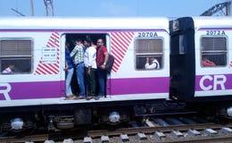 Доступное Мумбай местное для богачей и бедных стоковые изображения