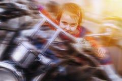 Дорога ждет нас Юмористическое фото активного маленького катания девушки ребенка велосипедиста на мотоцикле как символ свободы, стоковое изображение rf