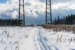 Дорога лыжи под электрической линией стоковые фото