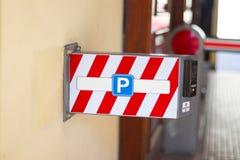 Дорожные знаки на предпосылке асфальта parking стоковое изображение rf