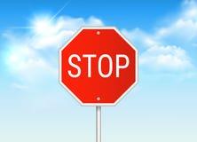 Дорожный знак стопа вектора реалистический с голубым небом с солнцем и облаками на заднем плане бесплатная иллюстрация