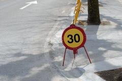 Дорожный знак ограничение в скорости 30 km на дороге стоковые изображения