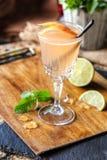 Ð-¡ ocktail mit Kalk und Minze auf dem Brett Stockbilder