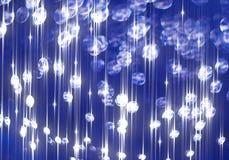 Ðœodernachtergrond van kleurrijke glanzende stralen op blauw vector illustratie