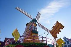 Ð ¡ olored在蓝天的风车在festiva慕尼黑啤酒节:Erfu 免版税库存图片