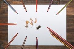¡ Ð olored карандаши на белом листе бумаги Стоковое Изображение