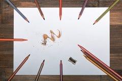¡ Ð olored карандаши на белом листе бумаги Стоковые Изображения
