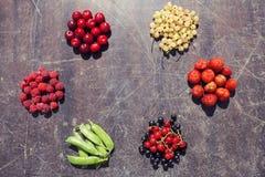 Ð-¡ olorful Frucht auf hölzernem verkratztem Hintergrund Lizenzfreie Stockbilder