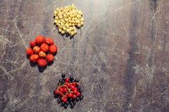 Ð-¡ olorful Frucht auf hölzernem verkratztem Hintergrund Lizenzfreies Stockfoto