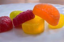 Ð-¡ olorful Süßigkeiten auf einer Platte Lizenzfreie Stockfotos