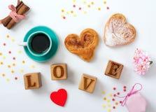 Ð ¡ omhoog van koffie en twee kaneelbroodjes en een inschrijvingsliefde  stock foto