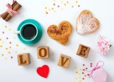 Ð ¡ omhoog van koffie en twee kaneelbroodjes en een inschrijvingsliefde  royalty-vrije stock fotografie