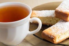 Ð ¡ omhoog van thee en een plaat met plakken van zoete cake Royalty-vrije Stock Afbeelding