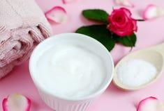 ¡ Ð osmetic creams и полотенце ванны с розовыми цветками Стоковое Изображение