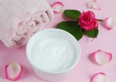 ¡ Ð osmetic creams полотенце ванны с розовыми цветками Стоковые Фотографии RF