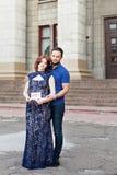 Ð-¡ ouple som förväntar en behandla som ett barnflicka: den gravida modern rymmer ett tecken Fotografering för Bildbyråer