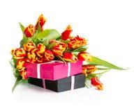 Ð'ouquet van oranje tulpen met giften stock foto