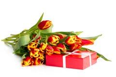 Ð'ouquet van oranje tulpen met giften stock foto's